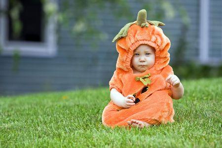 Cute boy in a halloween pumpkin costume Archivio Fotografico