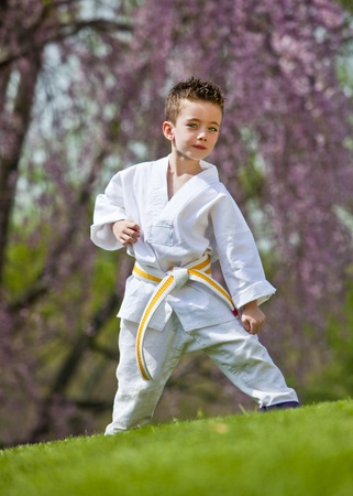artes marciales: Joven practicando artes marciales fuera en primavera