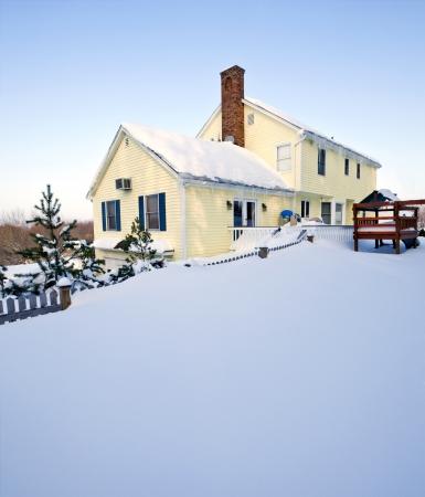 Typische koloniale stijl huis in diepe sneeuw en ijs