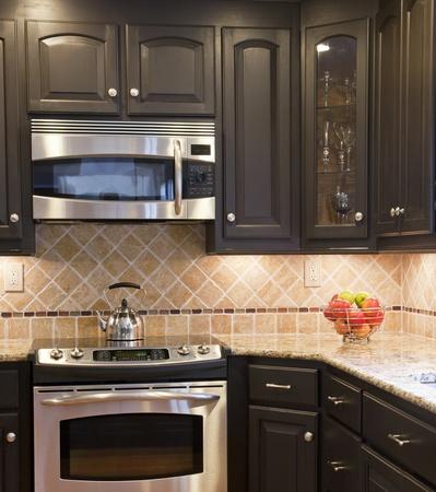microondas: Cocina moderna con marr�n oscuro cbinets woodedn Foto de archivo