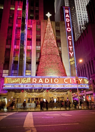 NEW YORK CITY - OCT 13: Radio City Music Hall, is the worlds largest indoor theatre displaying this years Christmas tree deoration, October 13th, 2011 in Manhattan, New York City. Éditoriale