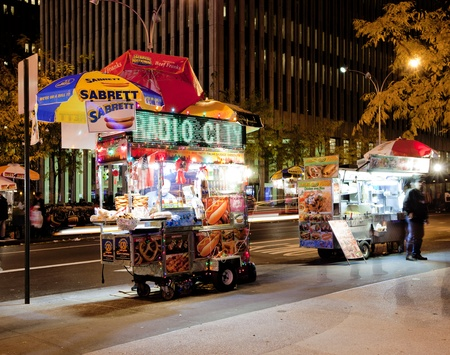 NEW YORK CITY - NOV 13: Midtown, New York state lawmakers are proposing a letter-grading system for street food vendors in New York City, November 13th, 2011 in Manhattan, New York City. 免版税图像 - 11336688