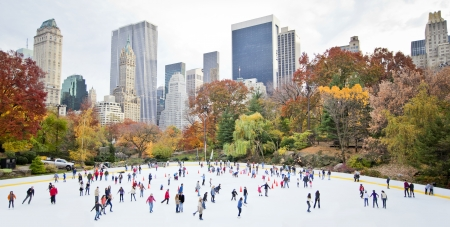patinaje sobre hielo: Patinadores de hielo que se divierten en Nueva York Central Park en el oto�o Editorial