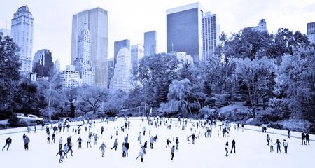 patinaje sobre hielo: Patinadores de hielo que se divierten en Nueva York Central Park en el otoño Editorial