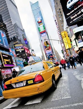 taxi: NUEVA YORK - 17 de diciembre: Las velocidades de Yellow Cab a través de Times Square, la intersección de atracción turística de arte de neón y el comercio y es una calle emblemática de la ciudad de Nueva York el 17 de diciembre 2009 en Nueva York, NY, EE.UU.. Editorial
