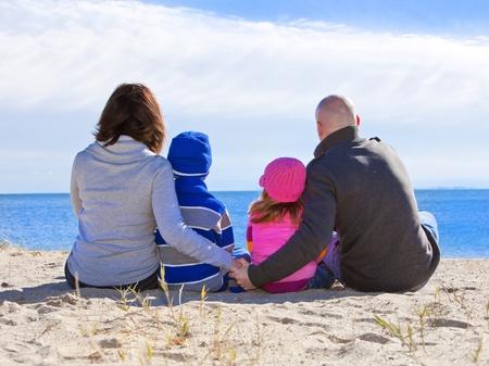 homme chauve: Famille � la plage portrait pendant l'hiver