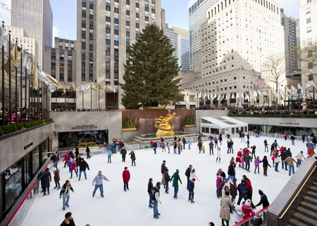 NEW YORK CITY - December 17: People enjoying Rockefeller Center Ice Skating at Christmas with the famous Christmas tree on December 17th, 2011 in New York City, New York.  免版税图像 - 12160353