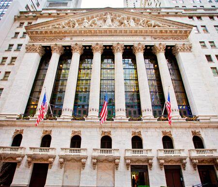 new york stock exchange: NEW YORK CITY - 27 dicembre: La Borsa di New York 27 dicembre 2011 a New York, NY. E 'il pi� grande scambio al mondo per capitalizzazione di mercato.