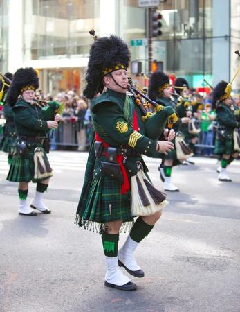 gaita: NUEVA YORK, NY, EE.UU. 17 de marzo: Gaiteros en el desfile del d�a de San Patricio el 17 de marzo de 2012 en Nueva York, Estados Unidos. Editorial