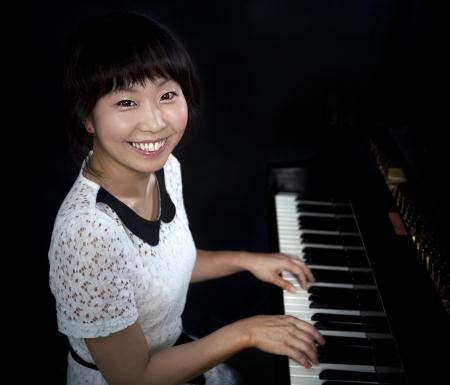 그랜드 paino를 재생하는 아름 다운 아시아 여자 스톡 콘텐츠