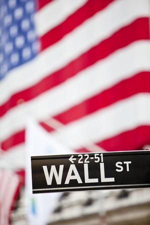new york stock exchange: Muro segno di strada a New York con il New York Stock Exchange, fondo