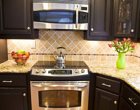 microwave oven: Moderna cocina con horno dom�stico de acero y microondas