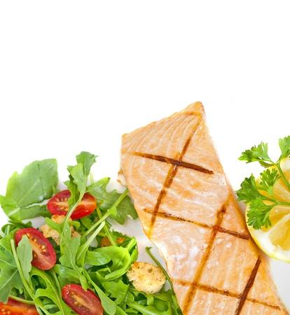 plato del buen comer: Filete de salmón fresco cocido con ensalada de rúcula Foto de archivo