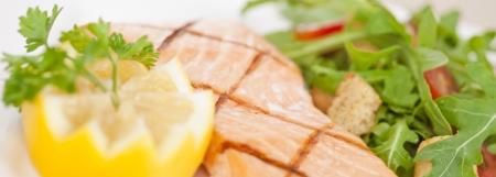 ciep�o: Świeży filet z łososia gotowanego z sałatką rukolą Zdjęcie Seryjne