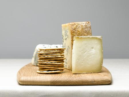 tabla de quesos: Selección del queso con galletas