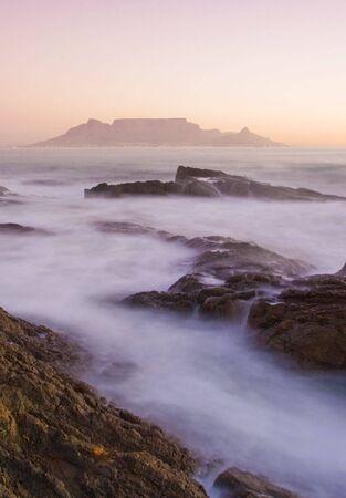 Tafelberg, Südafrika aus Blouberg Strand bei Sonnenuntergang