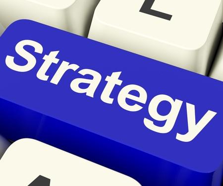 planeaci�n estrategica: Estrategia clave Computer Mostrando Business Solutions o metas Foto de archivo