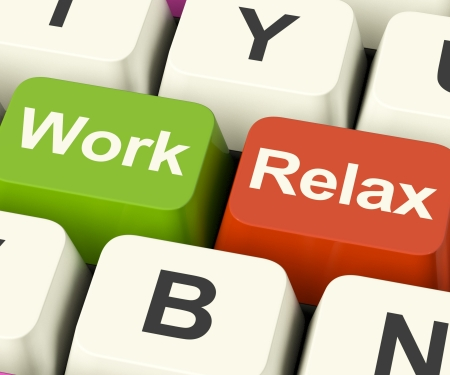 müdigkeit: Arbeit zu entspannen Tasten zeigt die Entscheidung f�r eine Pause oder Start Retirement