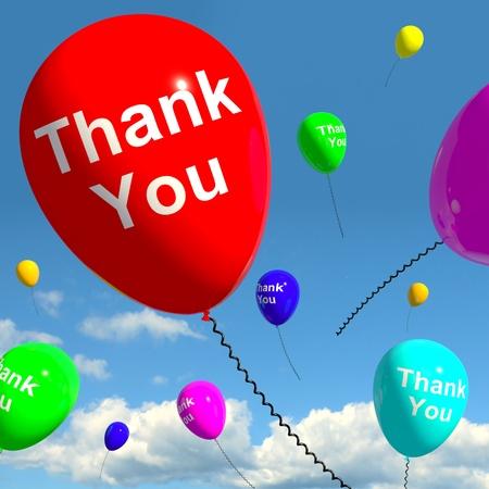 dank u: Dank u ballonnen in de lucht als Online Dankzij berichten Stockfoto