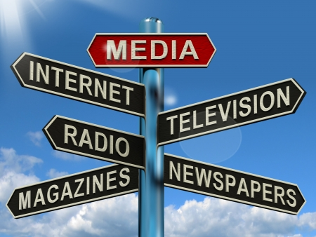 Media Signpost Shows Internet Television Newspapers Magazines And Radio Stockfoto