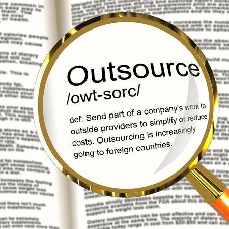 definici�n: Outsource Lupa Definici�n Muestra proveedores de subcontrataci�n e independiente Foto de archivo