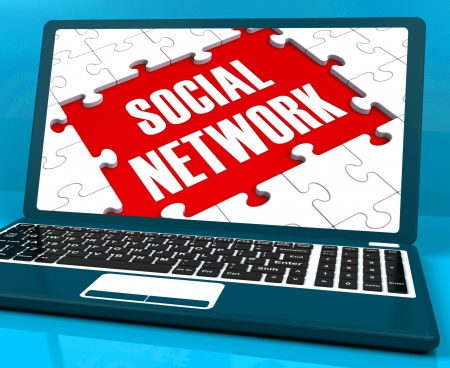 interakcje: Social Network na laptopie Pokazuje komunikacji online i globalnej Interakcje
