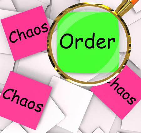 ordelijk: Bestel Chaos Post-It Papers Betekenis Ordelijke Of Chaotic Stockfoto