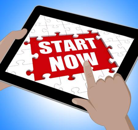 empezar: Comience Ahora Tablet Mostrando comenzar o comenzar inmediatamente Foto de archivo