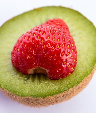 kiwi fruta: Fresa Y Kiwi Mostrando Juicy kiwi y afrutado
