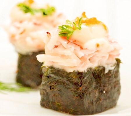 delicadeza: Sushi japon�s que muestra el alimento y la delicadeza Oriental