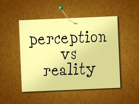 La nota de percepción Vs realidad compara el pensamiento o la imaginación con el realismo. Mira la percepción y el sentimiento - Ilustración 3d Foto de archivo