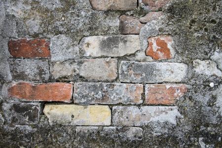 カラフルなが風化したレンガ、上記地上納骨のニユー ・ オーリンズ、ルイジアナで St Louis 墓地のナンバーワンを修復するために使用