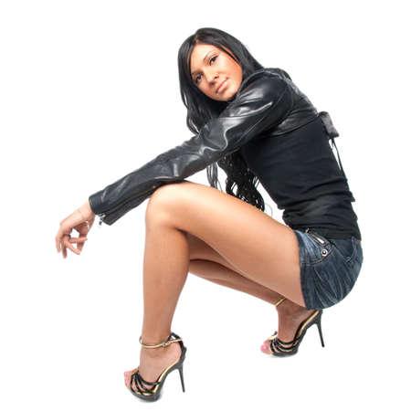 mini jupe: Jeune brune en jupe courte pose. Isol� sur fond blanc