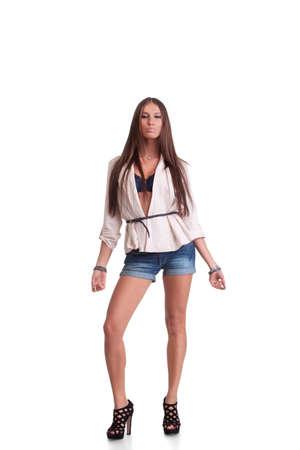 Junge Frau posiert in stilvolle Kleidung. Isolated over white background Standard-Bild