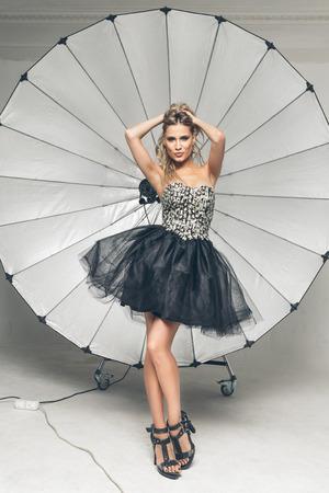 Fashion model pose en studio professionnel Banque d'images - 43386529