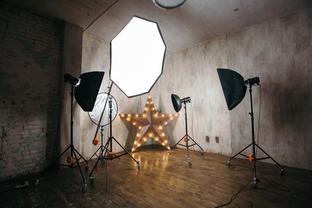 Modern fotostudio interieur met professionele verlichting apparatuur