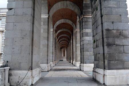 arcos de piedra: Corredor de arcos de piedra gris, España
