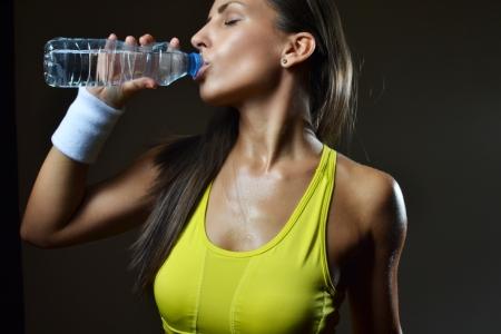 フィットネス女性飲料水、スタジオ撮影