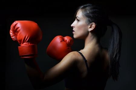 赤いボクシング用グローブと美しい女性撮影スタジオ