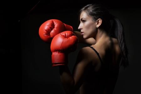 mooie vrouw met de rode bokshandschoenen, studio shot Stockfoto