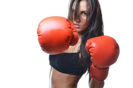 白い背景で隔離赤いボクシング用グローブと美しい女性