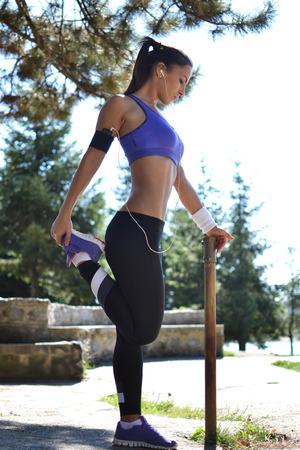 美しい若い女性運動