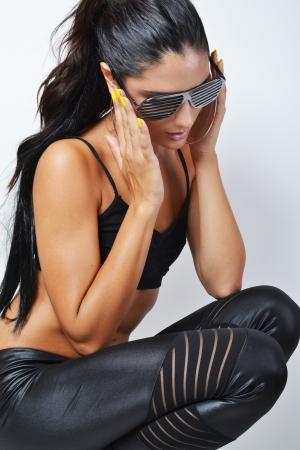 schöne junge Frau posiert im Studio