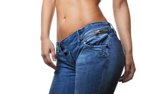 close-up Schuss von weiblichen tragen Jeans, isoliert auf weißem Hintergrund