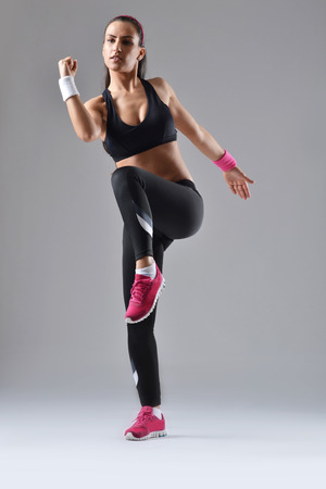 schöne Fitness Frau arbeitet