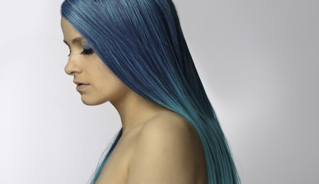 青い髪で、若くてきれいな女性をクローズ アップ 写真素材