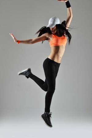 schöne junge Frau tanzen, studio shot