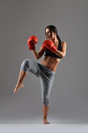 schönen Fitness-Frau mit den roten Boxhandschuhen Lizenzfreie Bilder