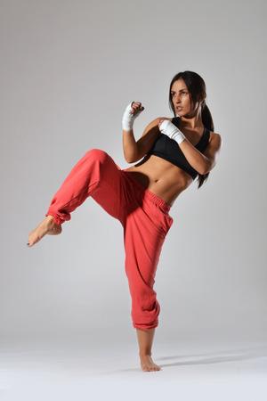 schönen Fitness-Frau mit der weißen Boxen Verband