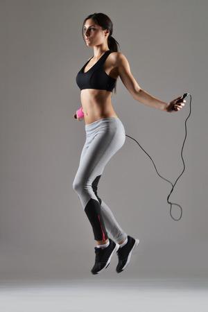 mooie fitness vrouw springen touw